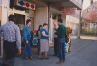 Party bei Angel-Ussat vor der Ladentüre...