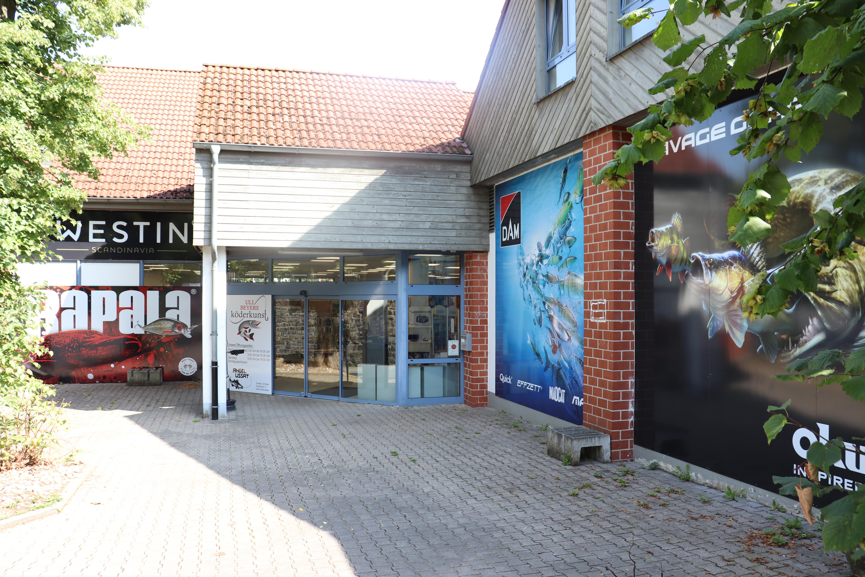 Eingang Uli Beyers Köderkunst